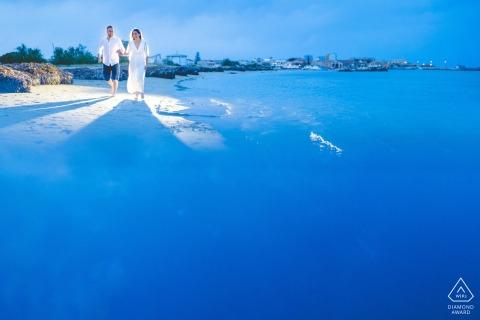 Séance de portrait pré-mariage True Love à Pachino montrant un couple profitant d'une promenade au printemps en Sicile