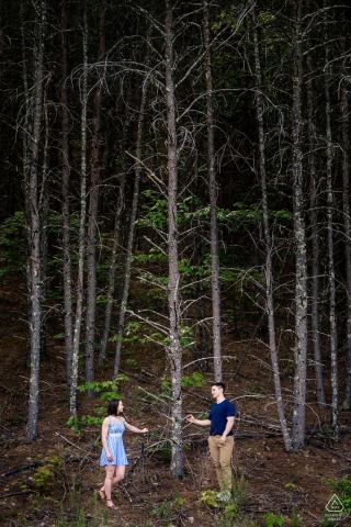 TN True Love Pre-Wedding Portrait Session à Foothills Parkway dans le Tennessee illustrant un couple se regardant alors qu'ils se tiennent à côté d'un grand arbre