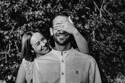 BW Jaén True Love Séance de portrait avant le mariage à Pantano de El Jándula montrant un couple s'amusant à se couvrir les yeux au soleil