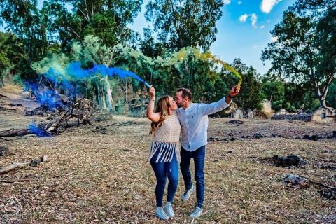 Jaén True Love Séance photo de fiançailles à Pantano de El Jándula montrant un couple tenant des bombes fumigènes colorées