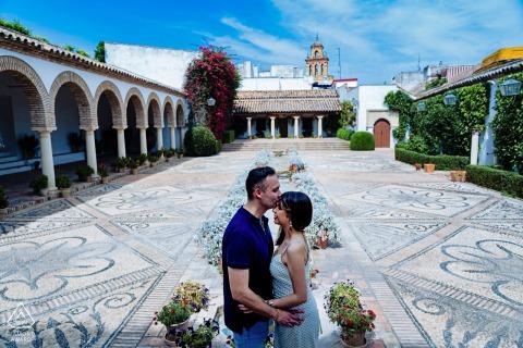 Espagne True Love Séance de portrait avant le mariage aux Patios de Viana à Cordoue illustrant un couple ayant une tendre minute ensemble dans la cour