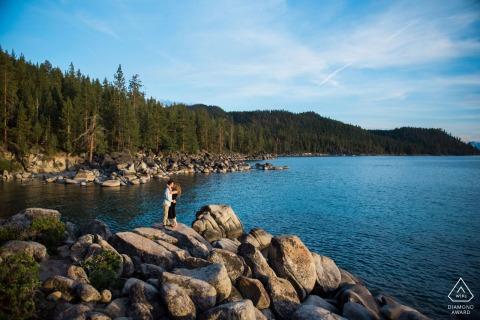 Nevada True Love pré-mariage Photoshoot à Lake Tahoe, NV d'un couple au coucher du soleil sur les rochers au bord de l'eau