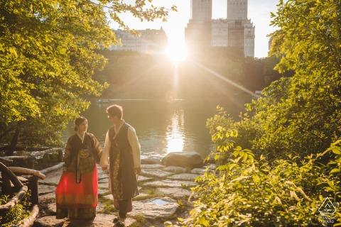 Séance de portrait pré-mariage True Love à Central Park capturant un couple portant des tenues traditionnelles coréennes