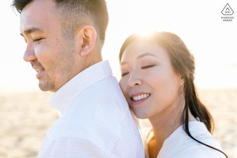 Sesión de retrato de amor verdadero antes de la boda en Moss Beach en California capturando a una pareja con ese brillo en sus ojos