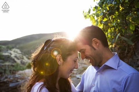 True Love Engagement Portrait Session à Patones affichant un couple avant le coucher du soleil rétro-éclairage avec des fusées éclairantes