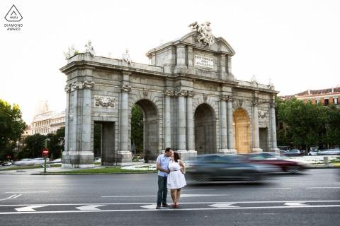 Séance de portrait avant le mariage True Love à Madrid capturant un couple à la Puerta de Alcala avec une exposition lente et longue