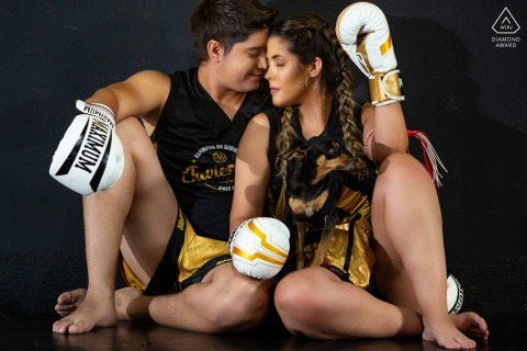 Goiás True Love Engagement Posed Portrait at Academia Pride in Goiânia capturing a couple sitting with boxing gloves on