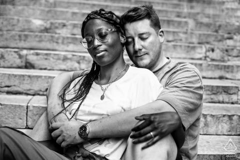 E-session couple Vieux Lyon avec un câlin amoureux sur les marches
