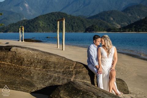 Paraty, RJ couple e-shoot sur l'île avec intimité