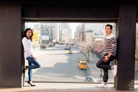 Séance électronique du couple High Line Park surplombant la ville de New York