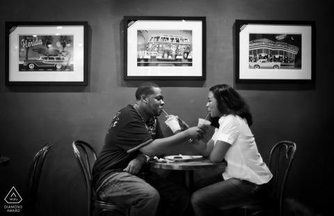 San Francisco Coffee, Atlanta, pareja e-shoot compartiendo bebidas en una cafetería.