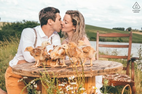 Marciac couple e-session in France kissing with chicks around them