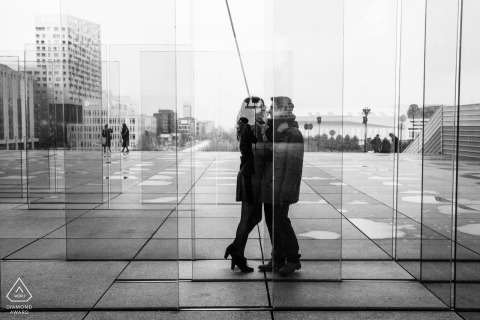 La Defense, Paris couple e-shoot of them kissing through glass