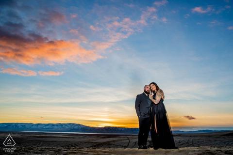 Sand Mountain, NV couple e-session au coucher du soleil avec un flash hors caméra
