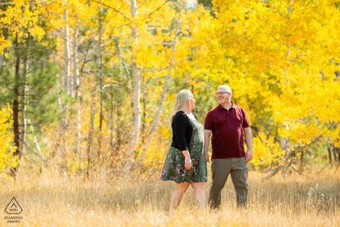 Truckee, CA couple e-shoot d'un moment d'amour entre couple marchant dans le feuillage d'automne