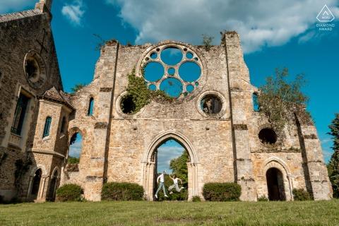 Abbaye des Vaux de Cernay e-session couple en France à Cernay la ville