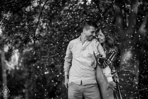 Parc des Buttes Chaumont couple e-session in Paris for a BW intimate image