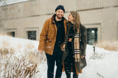 Sesión electrónica de pareja de Chicago en una antigua oficina de correos en el nevado invierno
