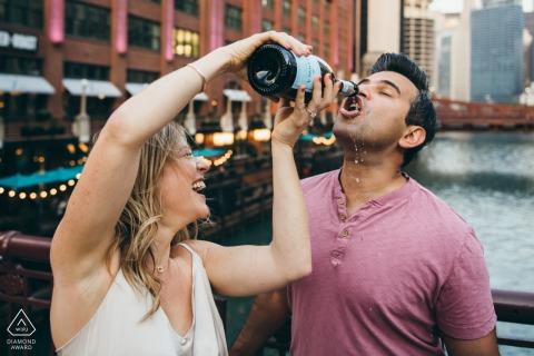 Séance électronique pour un couple de l'Illinois à Chicago célébrant avec du champagne