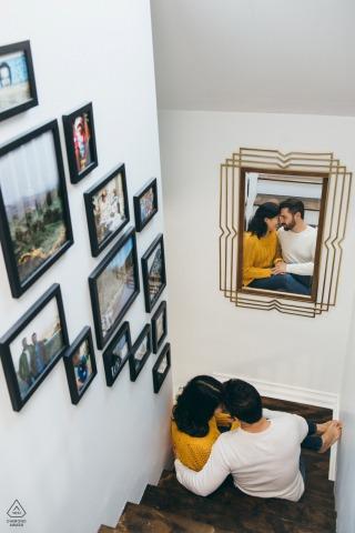 Chicago, IL couple e-session pendant qu'ils se blottissent dans leur maison