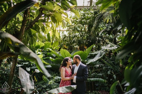 London couple e-shoot at Kew Gardens in the greenhouse
