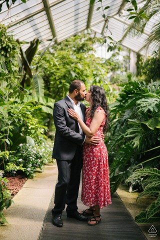 Kew Gardens, London couple e-session kissing in the greenhouse