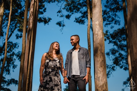Séance en ligne en couple Niterói au Parque da Cidade s'amusant dans les bois