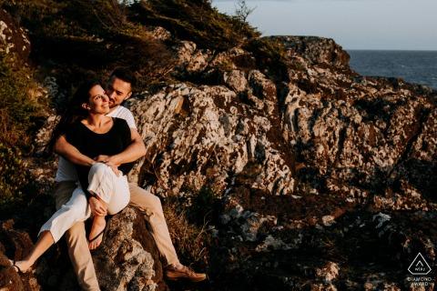 Couple e-shoot sur l'île de Vancouver sur la côte ouest de l'île au coucher du soleil