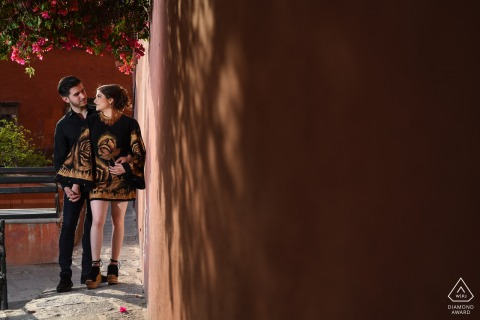 Guanajuato couple e-shoot in Calle de Hernandez Macias for a photo with no type of flash was used, the photo is in natural light and the trees made this shadow on the wall, take advantage of that