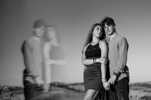 Séance photo de fiançailles en couple à Sienne en BW avec des reflets doux