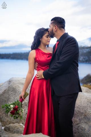 Emerald Bay, Californie couple e-shoot, formellement habillé, l'homme embrasse amoureusement le front de sa bien-aimée