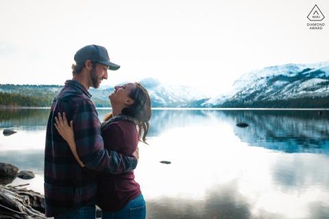 Fallen Leaf Lake, Californie, couple e-session se souriant à l'automne
