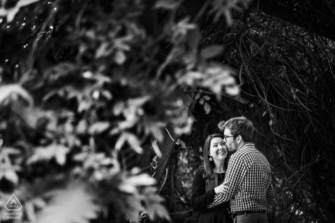Grounds for Sculpture, sesión electrónica de pareja de Nueva Jersey contra los árboles BW