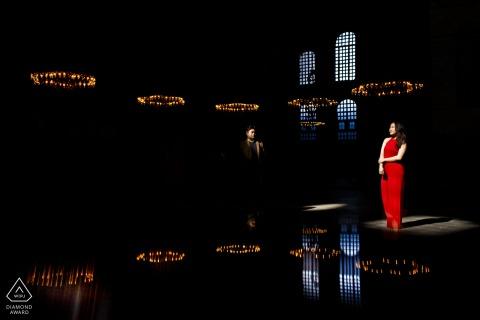 Servizio fotografico online di coppia alla Basilica di Santa Sofia a Istanbul durante una sessione formale pre-matrimonio al coperto
