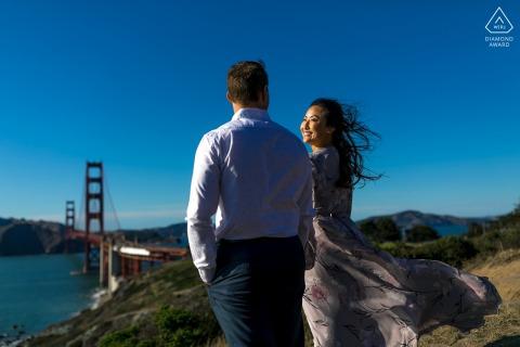 Overlook Golden Gate, pareja de San Francisco e-shoot sobre el puente con su cabello recogido en el viento
