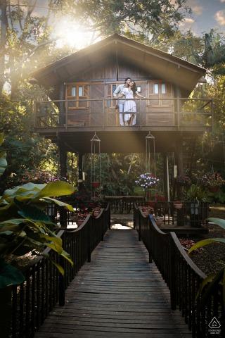 Cabanas Encantadas couple e-session in Goiânia above a bridge in a tree house