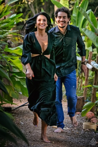 Cabanas Encantadas couple e-session in Goiânia while running through the tropical forest/jungle