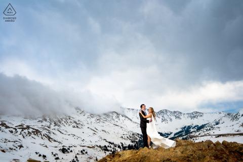 Colorado-Paar posiert für ein Porträt am Loveland Pass während ihrer Verlobungssitzung