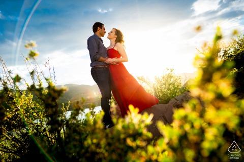 Fort Collins-Paar posiert für ein Porträt im Horsetooth Reservoir während ihrer Verlobungssitzung