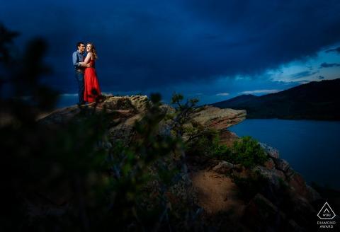 Braut und Bräutigam in Fort Collins, die während ihrer Verlobungssession für ein Foto vor der Hochzeit im Horsetooth Reservoir modeln