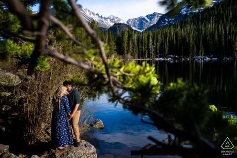 Estes Park Brautpaar posiert für ein Verlobungs-Fotoshooting vor der Hochzeit am Bear Lake im Rocky Mountain National Park