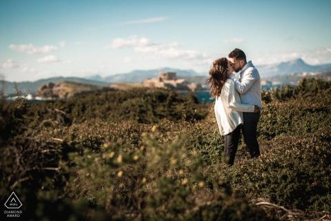 Aiguebelette futurs mariés, posant pour une séance photo de fiançailles avant le mariage dans la Nature