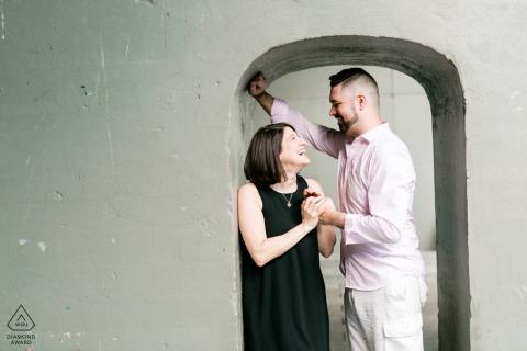 Les futurs mariés de New York, modélisant pour une photo avant le mariage au parc High Line alors qu'ils regardent à travers la porte de l'avenir