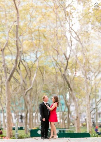 Les futurs mariés de New York se présentent pour une image de fiançailles à Bryant Park alors qu'ils tombent amoureux