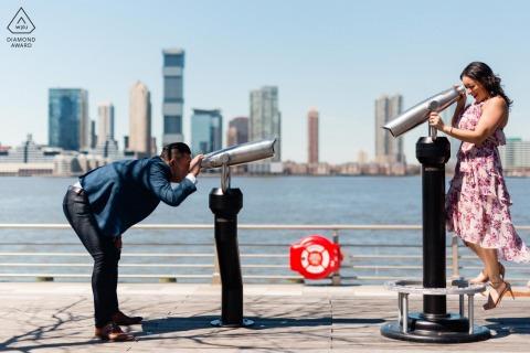 Les futurs mariés de New York, posant dans le Meat Packing District pour une séance photo de fiançailles avant le mariage