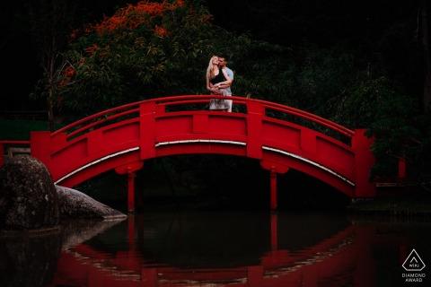 Futurs mariés toulousains, mannequin pour une photo de pré-mariage du Jardin Japonais sur un pont rouge