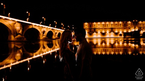 Toulouse bride and groom to be, posturing for an engagement image at Quai de la Daurade for a silhouette by night