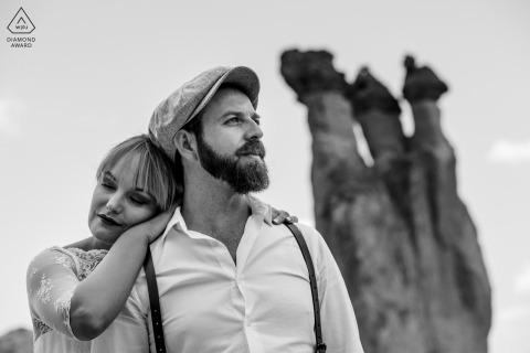 Cappadocia futuri sposi, in posa per un servizio fotografico di fidanzamento pre-matrimonio in bianco e nero contro il cielo limpido