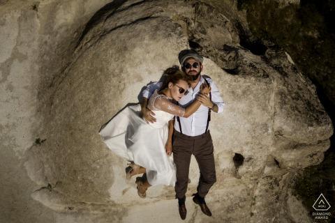 I futuri sposi turchi si rilassano per una sessione di fidanzamento pre-matrimonio in Cappadocia sdraiati sugli scogli