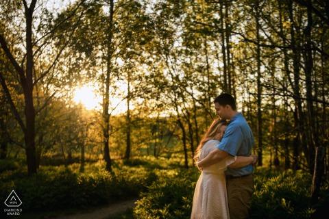 """Asheville, NC futurs mariés, mannequin pour une photo avant le mariage par un photographe de Caroline du Nord """"En utilisant un ruisseau qui traversait un parc, j'ai pu capturer la lueur chaude du soleil et leur amour l'un pour l'autre."""""""